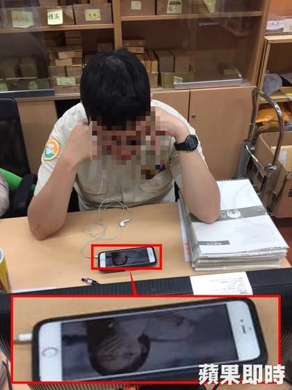 替代役男執勤被民眾詢問時「戴耳機玩手機」把民眾當空氣,手機畫面放大超誇張!