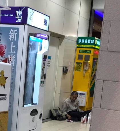 牆角阿伯沙啞問「要不要買筆?」,金額讓他嚇到「買10枝」全網路暴動!