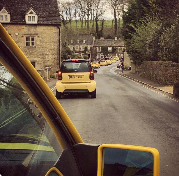 被嫌黃車太醜老先生的車被人砸爛,「喜歡黃色沒有錯!」過幾天後門口出現數百台昂貴名車!