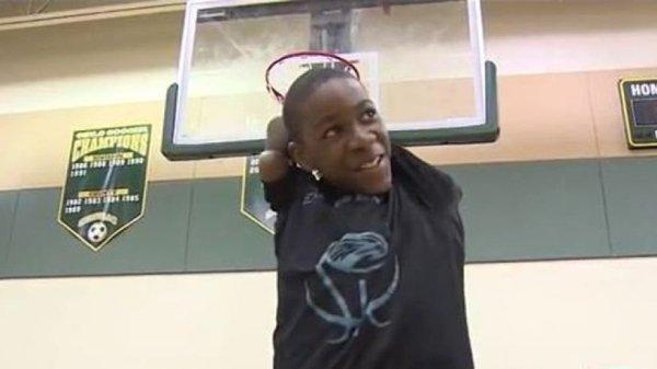 「無臂少年」打籃球比賽沒人看好,0:15最後一刻「全場瘋狂」!(影片)