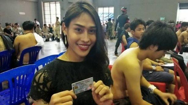 「泰國最美人妖」要去當兵了!他排隊時還「發生暴動」連軍官都變得怪怪的!