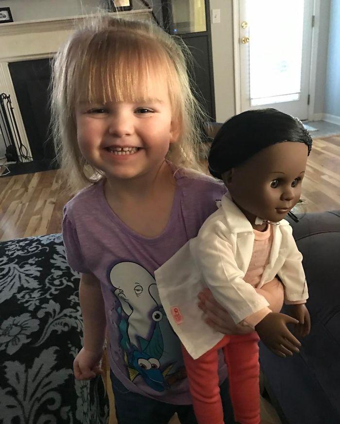 收銀員質疑2歲女孩「怎麼不買更像你的娃娃」,她回答「我們一樣...」店員瞬間慚愧到爆!