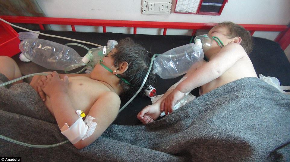 悲痛父「抱著龍鳳胎屍體心碎」。敘利亞遭毒攻「近百人痛苦死去」地上全是屍體袋...(28張)