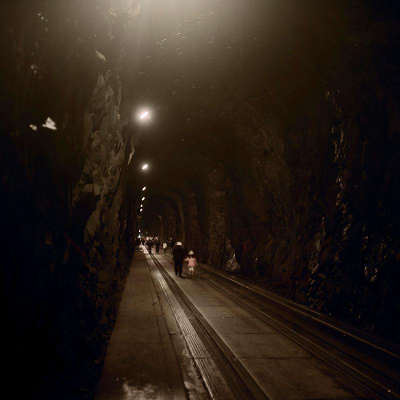 小鎮200名居民全都住這棟樓裡,與世隔絕只能通過隧道!「內有全部設施」讓你知道有多方便夢幻!(18張)
