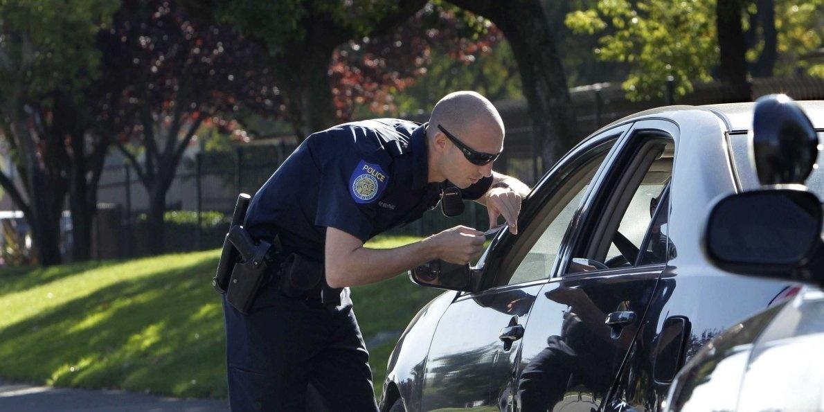 為何美國警察臨檢時都會「敲車尾燈」?「保障警方安全」重要理由台灣也該效法!