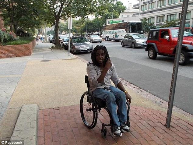 聯航再爆醜聞!29歲身障男被逼「用爬的下飛機」空姐全程冷眼旁觀!