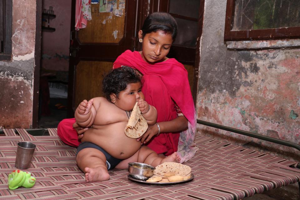 8個月大女嬰體重「跟4歲小孩一樣」重18公斤,媽媽:「不是我們的錯!」