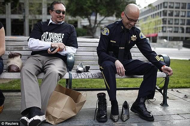 警察穿「閃亮粉紅色高跟鞋」巡邏被笑翻 但他們「穿上高跟鞋原因」卻讓酸民全部閉嘴!