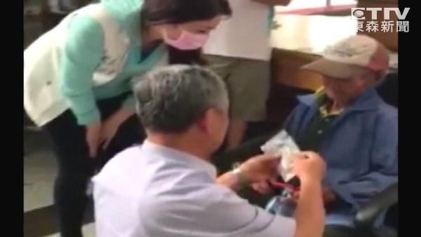 82歲拾荒翁辛苦存1千元想幫病兒慶生「放口袋3個月變碎紙」遭拒換。他們「12倍奉還」阿公感動淚謝!