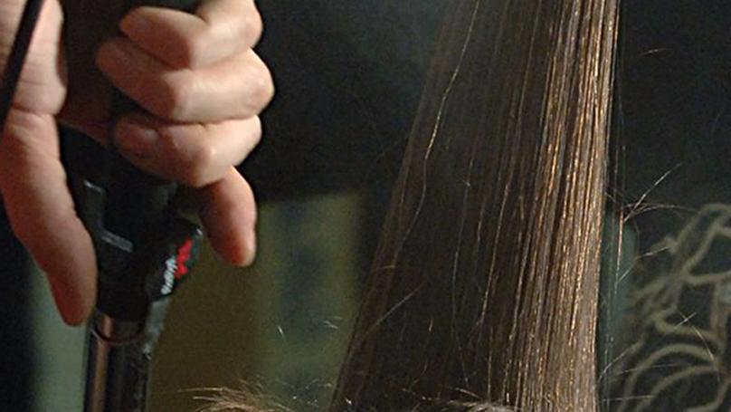 這就是為什麼男生不該用「GG攻擊」正在使用直髮夾的女友。男友活下來了但...