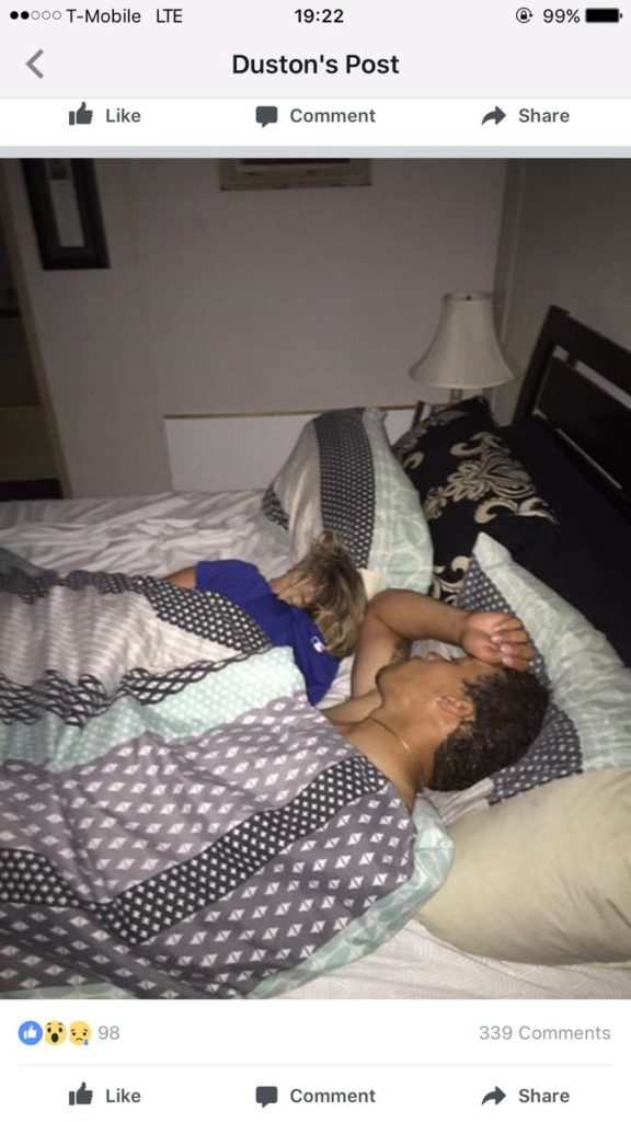 他回家發現「半裸男X完女友睡著」,拍下這畫面「該幫他準備早餐?」上傳後全網爆紅!