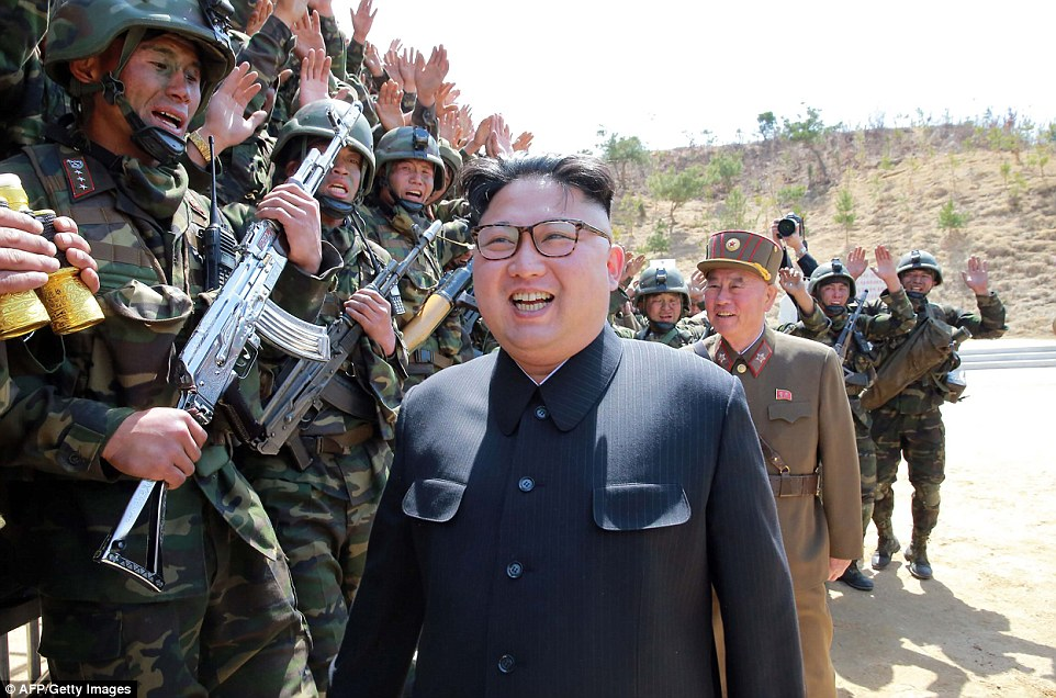 北韓士兵被踢爆「玩具槍+太陽眼鏡」上陣,金正恩「不得不造假」其實超貼心!