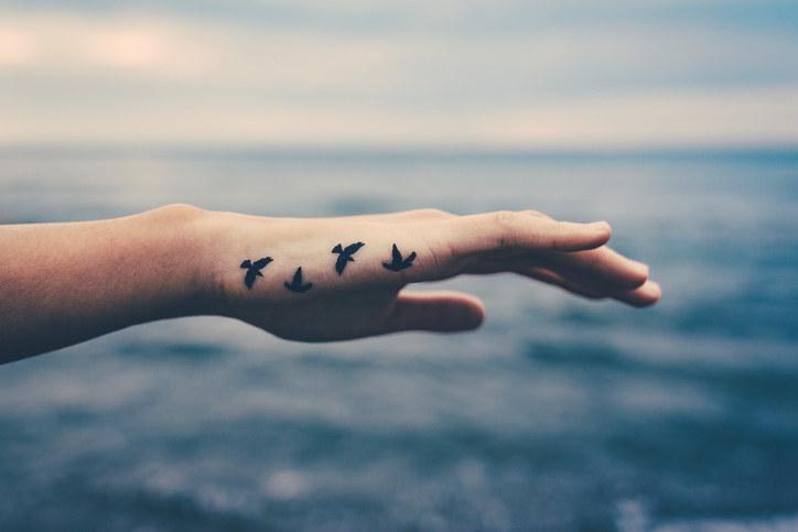 超帥的「手指紋身」時間久了會讓你哭出來 網:沒事前警告的刺青師很缺德