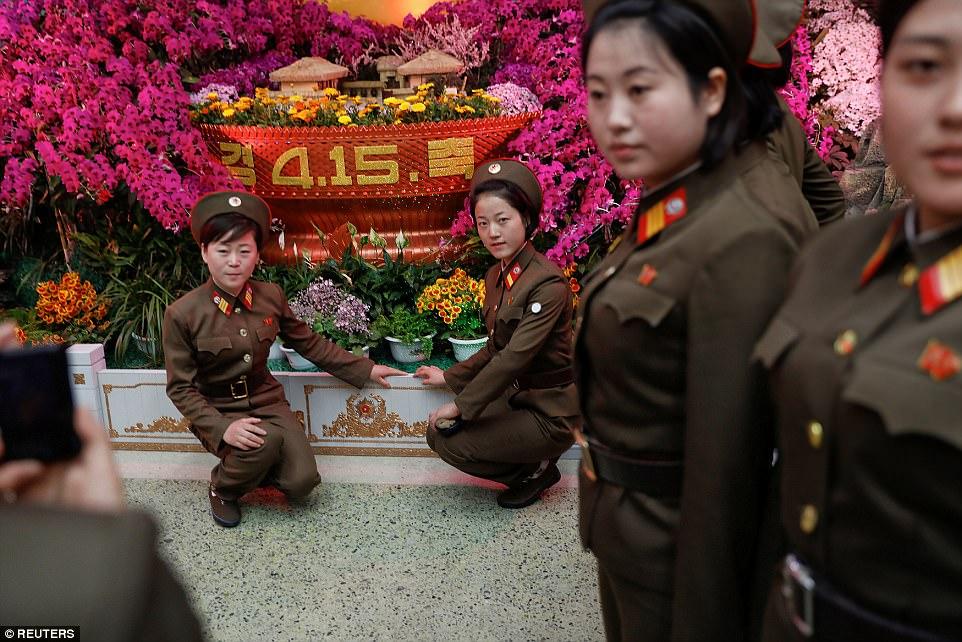 攝影師到北韓以為民眾生活痛苦,拍下照片他認為「痛苦的是我們」!#18士兵開心到「玩斷背山」!(36張圖+影片)
