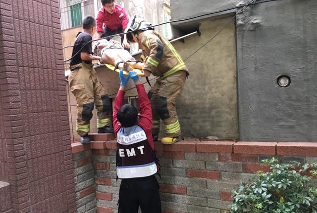丈夫泡牛奶一轉頭,老婆抓女嬰跳下6樓!