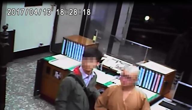 24歲男沒入伍變「通緝犯逃兵」,被逮捕時頂光頭穿袈裟:「我已皈依佛門」。