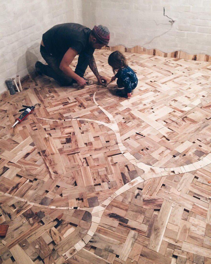 他撿回一堆木頭碎片丟地上「當拼圖玩」,完成品「史上最華麗地板」讓你抬不起頭!