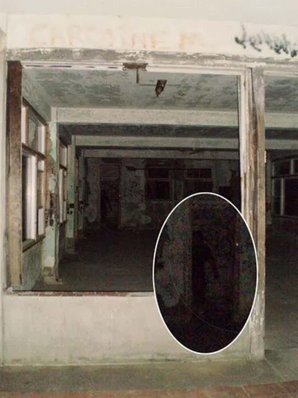 15張連鐵齒的你都「再也不敢關燈睡」超自然真實恐怖照 鏡子的傳說都是真的...千萬別回頭!