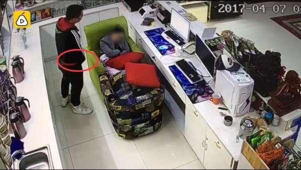 男子網咖看色片受不了,當場走到睡著的收銀小姐前面褲子脫掉然後...!