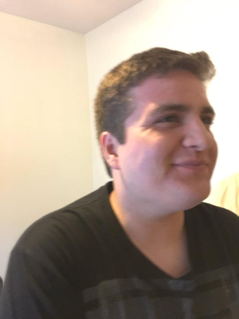 自閉症男因喜歡的「百視達」停業快崩潰,他爸媽直接在家幫他做了一個「真的百視達」全網哭壞!