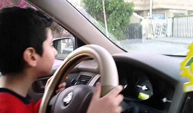 8歲小男孩看Youtube「自學開手排」,瞞著父母偷戴4歲妹妹去吃麥當勞大麥克!