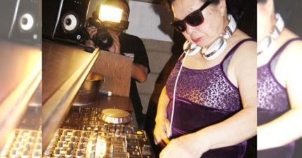 爆乳DJ太土了!新宿夜店裡82歲阿嬤DJ現在已經在日本爆紅!老公死後才露出「本性」!