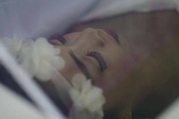 骨癌少女「希望死得漂亮」親自安排後事,家人幫她完美實現「美得令人心碎不捨...」