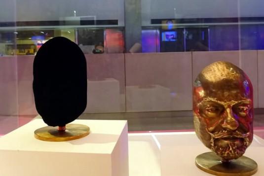 右邊的不是PS出來的!科學家推出「世上最黑」漆,把99.965%的光都吸掉!(8張)