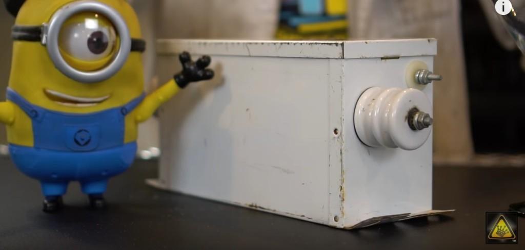 他讓你看到「自來水VS蒸餾水」跟電線碰到一起會有什麼不同的反應。自來水的結果會讓你嚇到發抖! (影片)