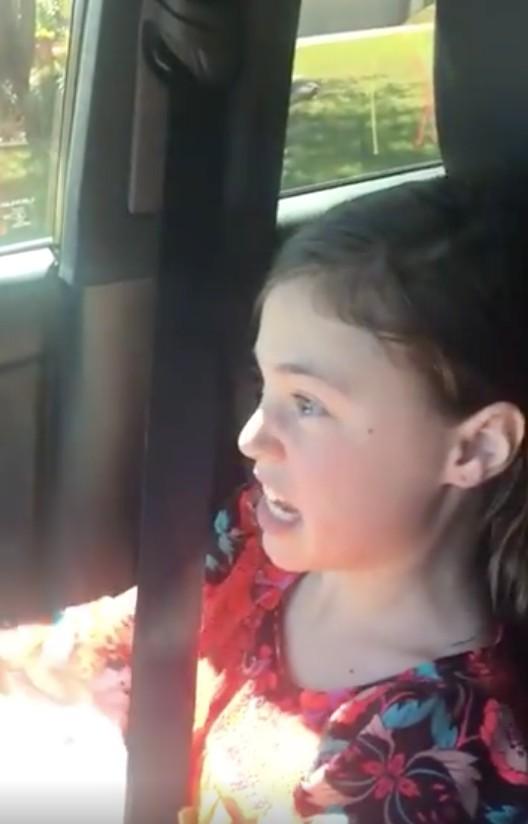 爆笑小女孩跟暗戀對象搭訕但被「這表情」打臉!說到一半秒崩潰讓網友笑炸了!