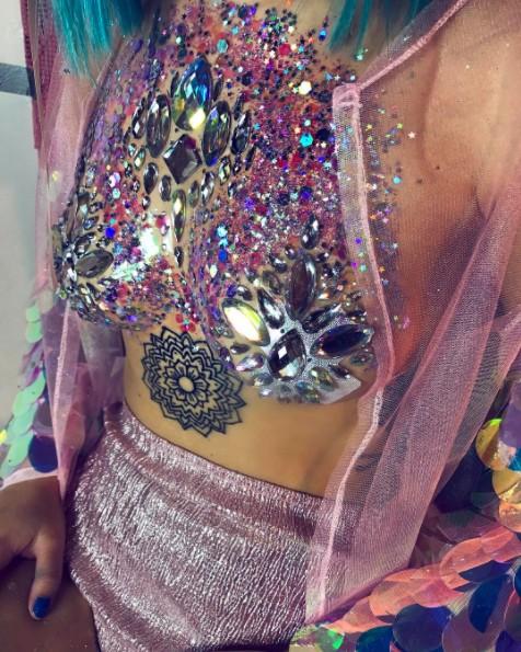 21款既性感又高貴的2017最猛時尚「上半身沾滿亮片」造型,亮到旁人的鼻血都會被反射回去!