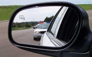 男子「假扮警察」抓人,走到對方車旁才發現那是「真·警察」超衰!