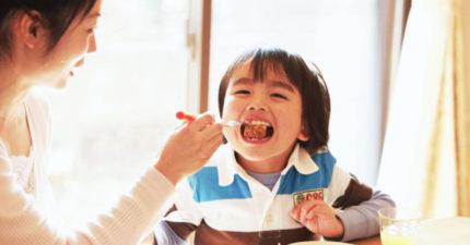 台灣長輩「最愛餵飯」卻害慘小孩一輩子!專家透露「5大正確用餐習慣」教出優秀兒!