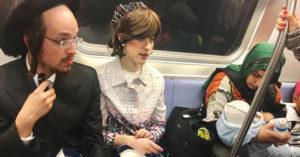 男子隨手拍下「紐約地鐵照」逼哭十萬網友!他:「這才是我的美國。」