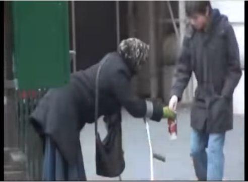 行動不便老婆婆乞丐被記者盯上,跟拍發現她上車下來後...!