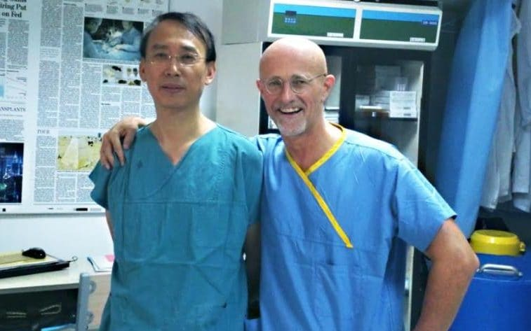 瘋狂醫生把白老鼠的頭「移植到」另一隻老鼠身上,移植時「需要3個身體」超恐怖!