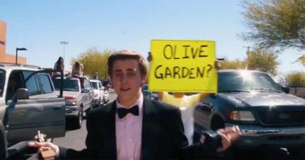超狂高中生拍出《樂來樂愛你》開頭畫面「邀請艾瑪史東」去高中舞會!而艾瑪史東回應了!