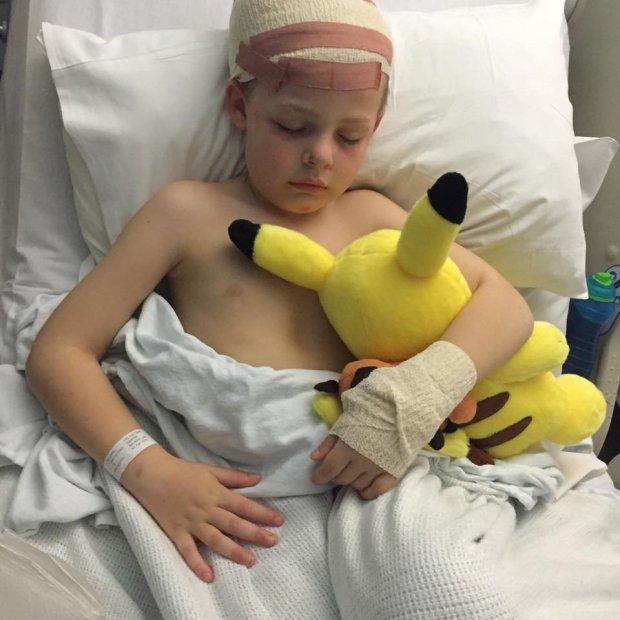 學校不相信男孩的話,最後讓7歲童「顱內出血腦震盪」住院。老師:「沒有很嚴重」不處罰被打臉!