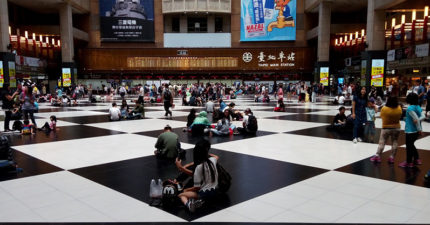 在端午節拍到台北車站人群「只敢坐黑色」,網友解答「台灣人好奇怪」。