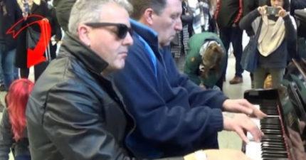 2名男子用車站鋼琴彈出「超狂名曲」,但「跪在後頭」的女子才更讓所有人震驚!