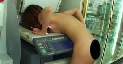 25歲女子全裸衝進超商「胸貼影印機」,巨光閃過她慘叫!
