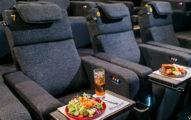 威秀最新推出可以邊看電影邊有「異國料理吃到飽」的電影院!價格便宜到犯規!