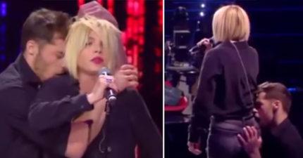 女星在節目上被伴舞男「揉胸抓屁」評審看得大笑她暴怒,伴舞男最後衝向她!網友:「不就性騷擾而已?」