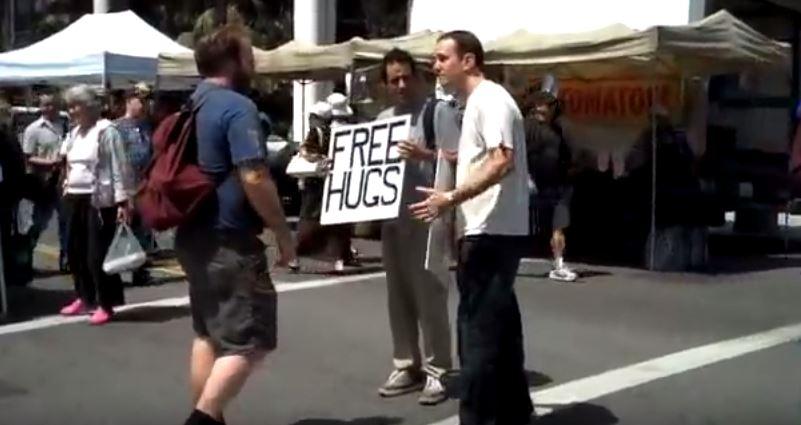 影/男子用「60元豪華擁抱」惡整溫馨「免費擁抱」男 女路人的選擇會徹底顛覆你的世界!