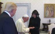 教宗一見第一夫人取笑「川普是胖子」,旁邊的官員都被嚇壞!川普在旁邊眼神不對勁。