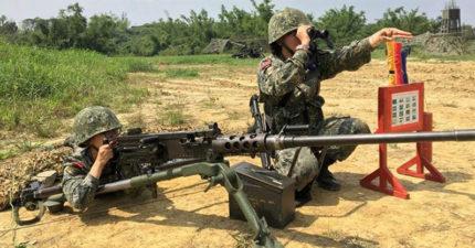 國防部宣傳照操作50機槍「讓敵人笑翻」,網友:「把女兵送給敵人打?」