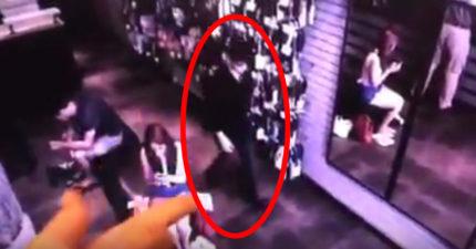 商店監視器拍下黑衣男子走過一面鏡子,反射出來的畫面把全網嚇壞!