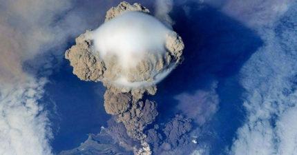 從太空看火山爆發的驚人景象,發現「天空香菇」都是壞消息! (影片)