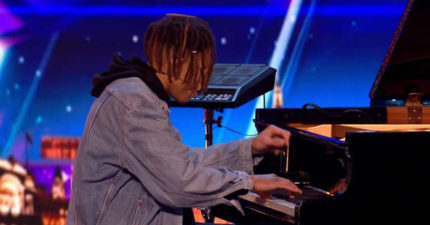 評審也好奇彈鋼琴為什麼需要電子鼓,嘻哈男子先開始彈古典樂80秒後「大轉變」觀眾耳朵都懷孕了!