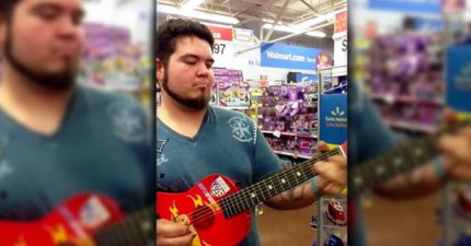 他凌晨3點在賣場拿起了玩具吉他開始彈奏,一開口唱讓「7百萬人」的耳朵開始嬌喘!